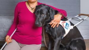Viviana Forney avec son chien guide Aloha.