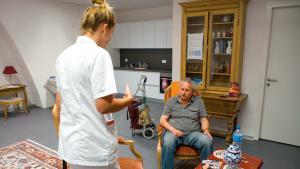 Population vieillissante: les futurs infirmiers s'entraînent avec de faux patients.