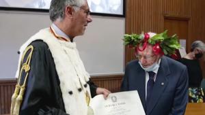 Il obtient son diplôme universitaire à 96 ans!