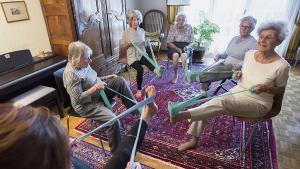 On a suivi un cours de gym à domicile pour seniors
