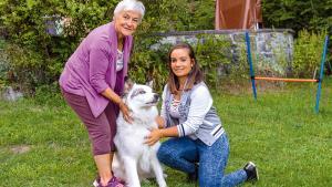 Ducky, un chien sourd qui s'entend à merveille avec ses deux maîtresses