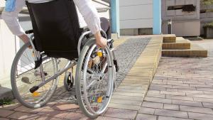 rampe facilitant l'accès des personnes à mobilité réduite dans leur logement