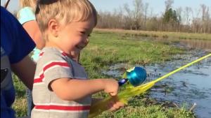 VIDEO. Ce petit attrape un vrai poisson avec une canne à pêche en jouet