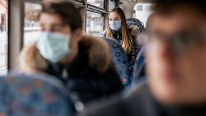 Le conseil Suisse des Aînés exige  le port du masque dans les transports publics