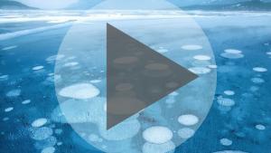 De drôles de bulles sur un lac canadien !