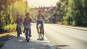 Faut-il autoriser les enfants de 12 ans  à rouler à vélo sur le trottoir ?