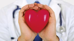 coeur entre les mains d'un médecin