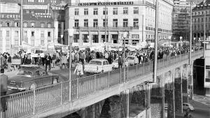 Défilé sur le Grand-Pont, à Lausanne, en plein mai 68