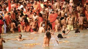 Le Gange serpente entre deux mondes