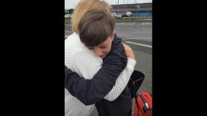 garçon dans les bras de sa grand-mère
