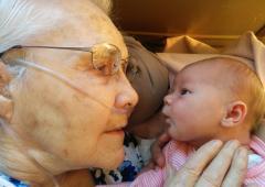 Émouvante rencontre entre un nouveau-né et son arrière-grand-mère
