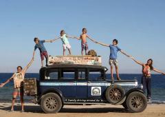 Une famille parcourt le globe à bord d'un tout vieux tacot !