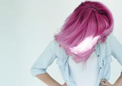 Les cheveux de toutes les couleurs font fureur, même après 50 ans